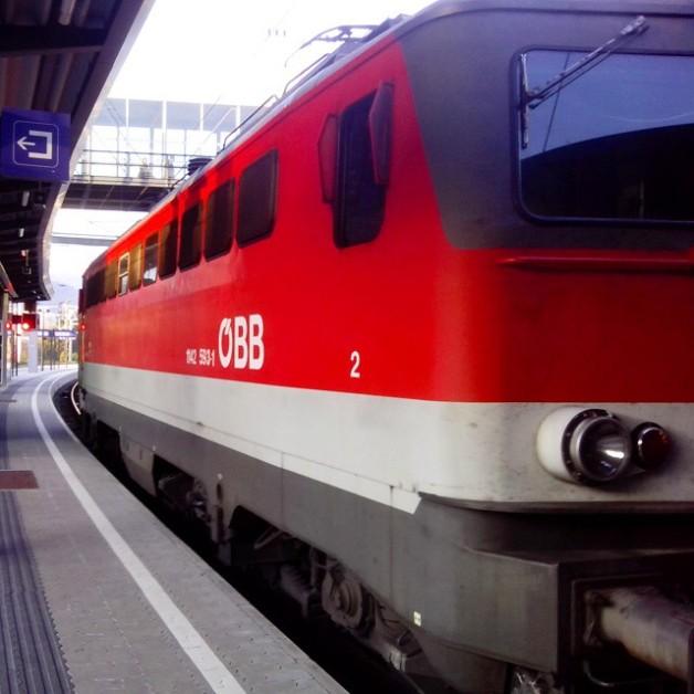 Die ÖBB 1142 593 hat zuerst die CityShuttle-Wagen von Mürzzuschlag nach Bruck an der Mur geschoben und danach ging es als R nach Mürzzuschlag zurück. Diesmal durfte die Dame ziehen, allerdings erst wenn das Schutzsignal nicht mehr Fahrverbot anzeigt. Ich bin jedoch in Bruck ausgestigen ;)